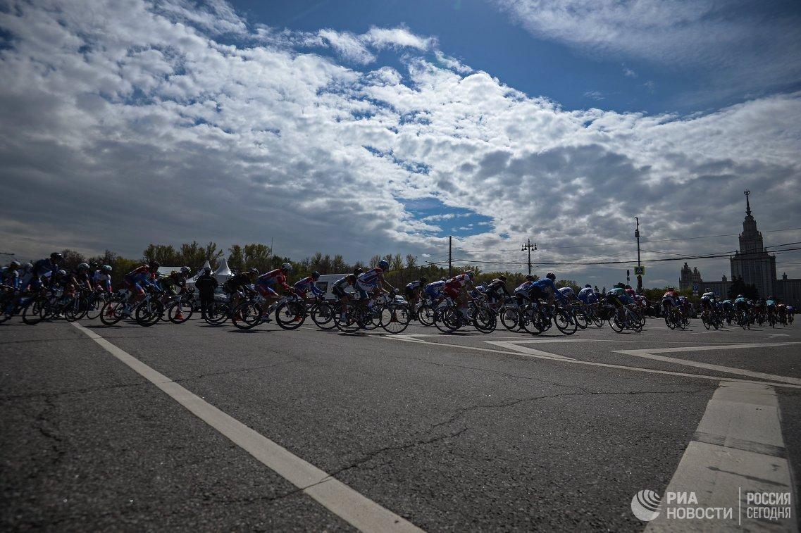 Участники этапа Воробьевское кольцо международной велогонки Пять колец Москвы в Москве