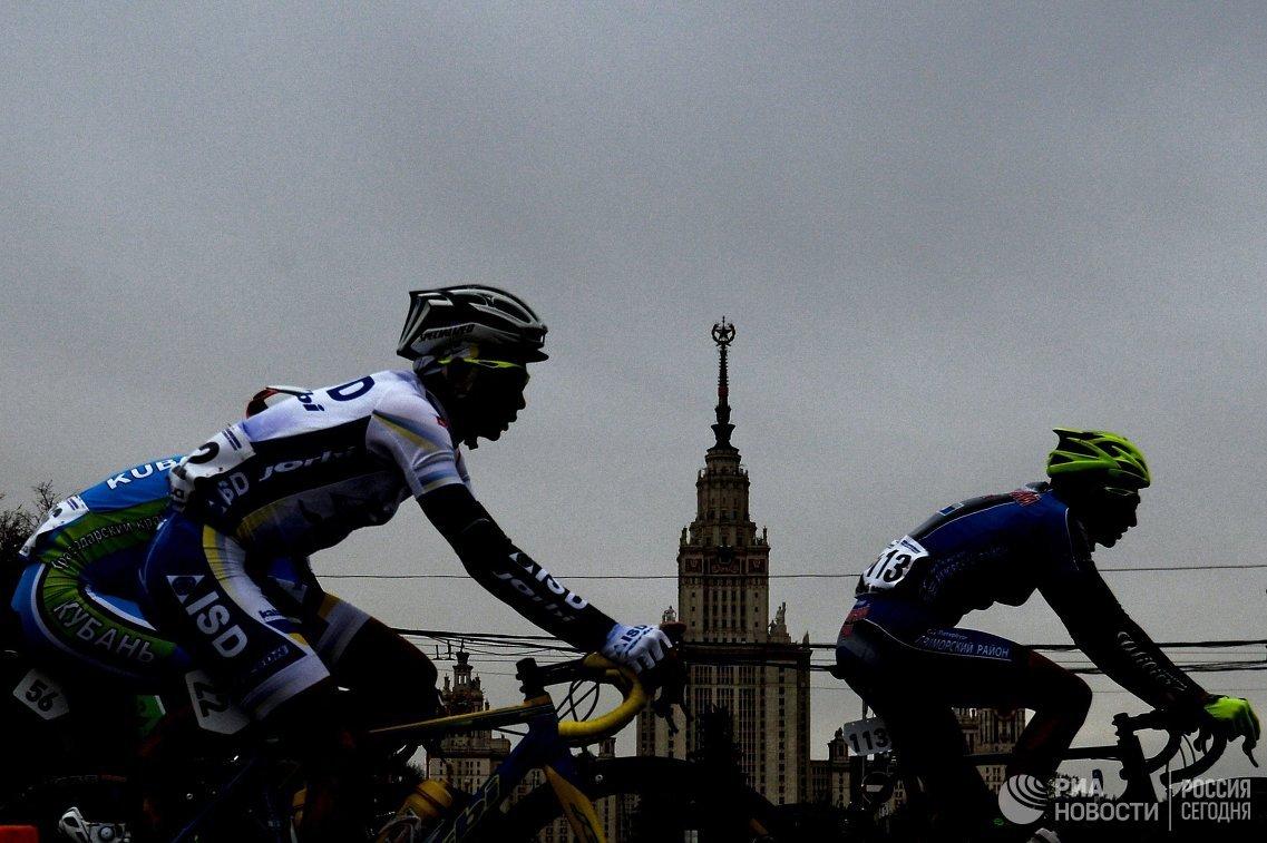Участники на этапе Воробьевское кольцо международной велогонки Пять колец Москвы в Москве