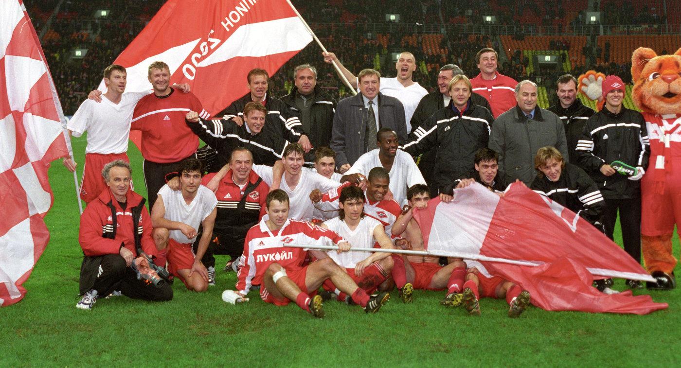 Команда Спартак - чемпион России 2000 года по футболу. Нижний ряд, третий справа - Артем Безродный