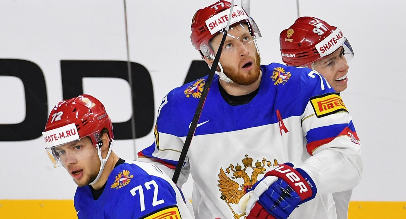 Защитник сборной России Антон Белов (в центре)