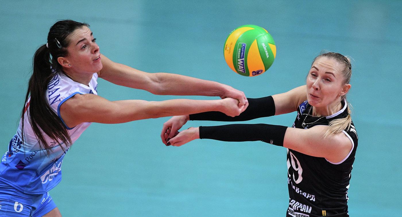 Волейболистки московского Динамо Яна Щербань (слева) и Анна Малова
