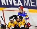Хоккеисты сборной Германии радуются заброшенной шайбе в матче со сборной России