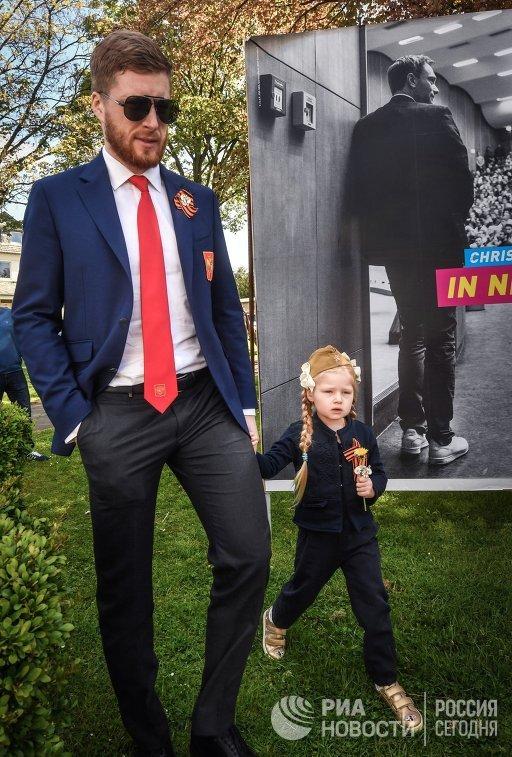 Защитник сборной России по хоккею Антон Белов с дочерью