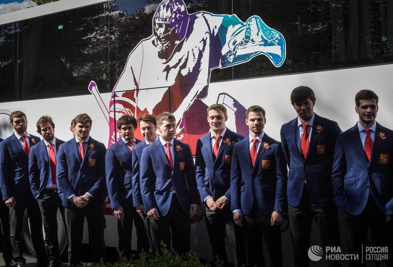 Игроки сборной России по хоккею на церемонии возложения цветов к могилам советских солдат в Германии