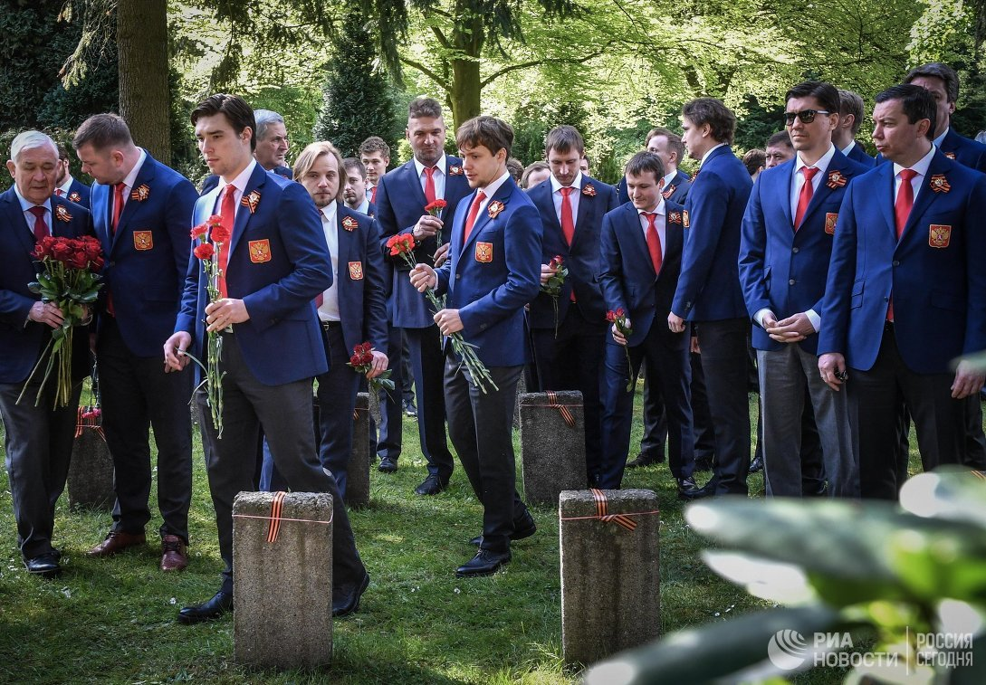 Игроки сборной России по хоккею на церемонии возложения цветов к могилам советских солдат в Германии. В центре - Артемий Панарин