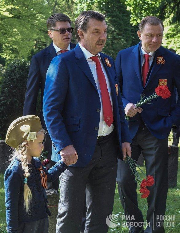 Олег Знарок (в центре) и Алексей Жамнов