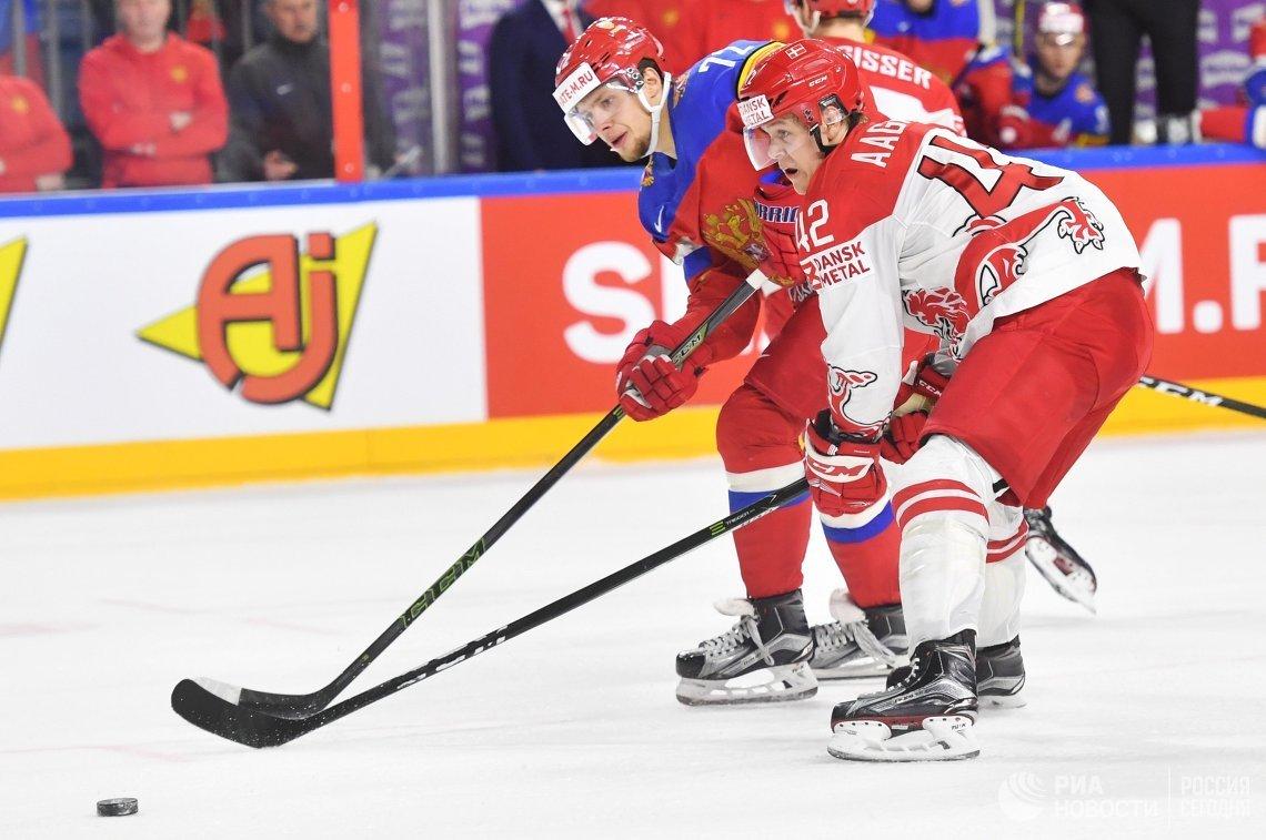 Нападающий сборной России Артемий Панарин (слева) и форвард сборной Дании Миккель Огор