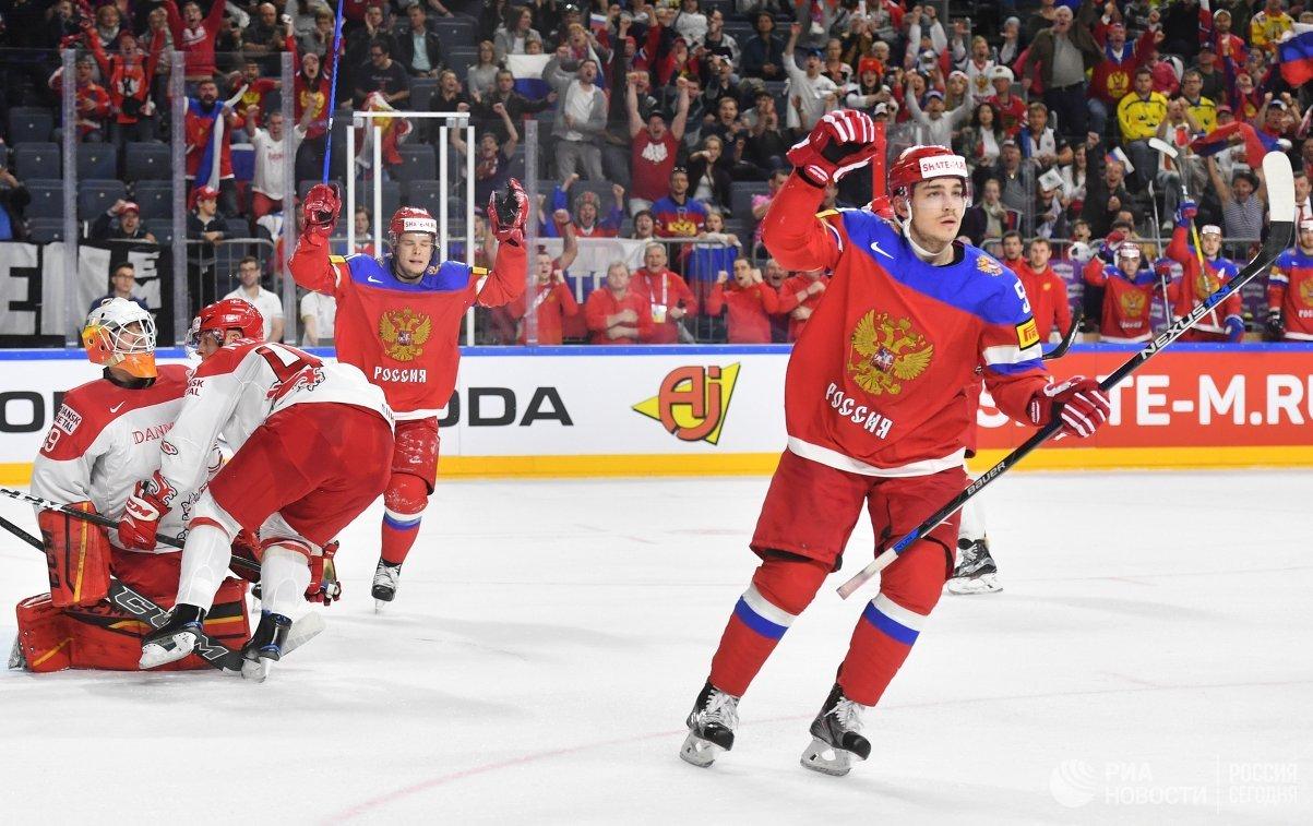 Защитник сборной России Богдан Киселевич (справа) радуется заброшенной шайбе