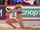 Эйприл Росс в финальном матче на женском турнире этапа Большого шлема по пляжному волейболу