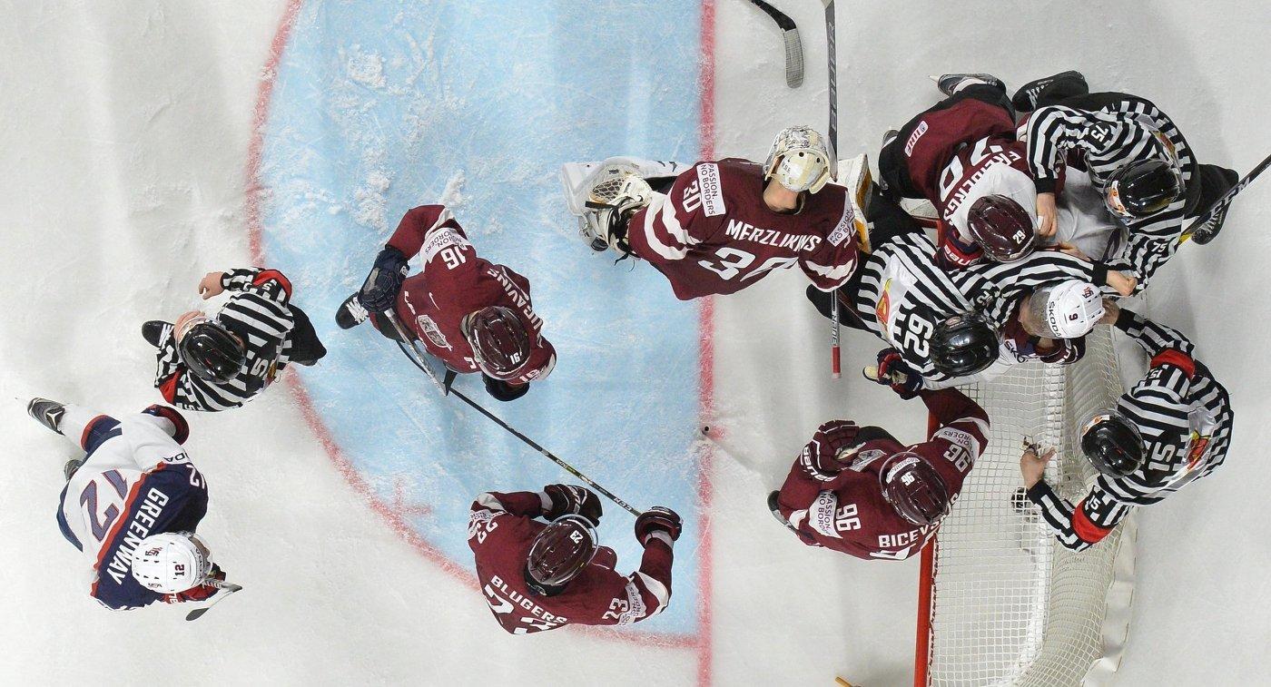 Игровой момент в матче группового этапа чемпионата мира по хоккею 2017 между сборными командами Латвии и США