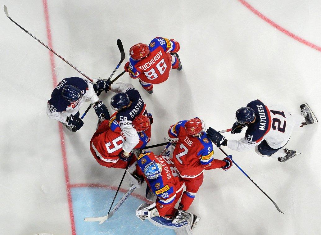 Игровой момент матча группового этапа чемпионата мира по хоккею-2017 между сборными России и Словакии