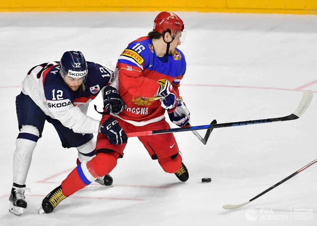Защитник сборной Словакии Эдуард Шедивы (слева) и нападающий сборной России Сергей Плотников