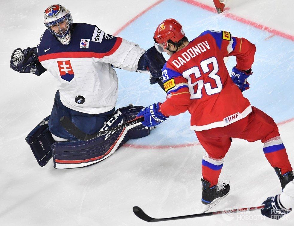Вратарь сборной Словакии Юлиус Гудачек (слева) и нападающий сборной России Евгений Дадонов