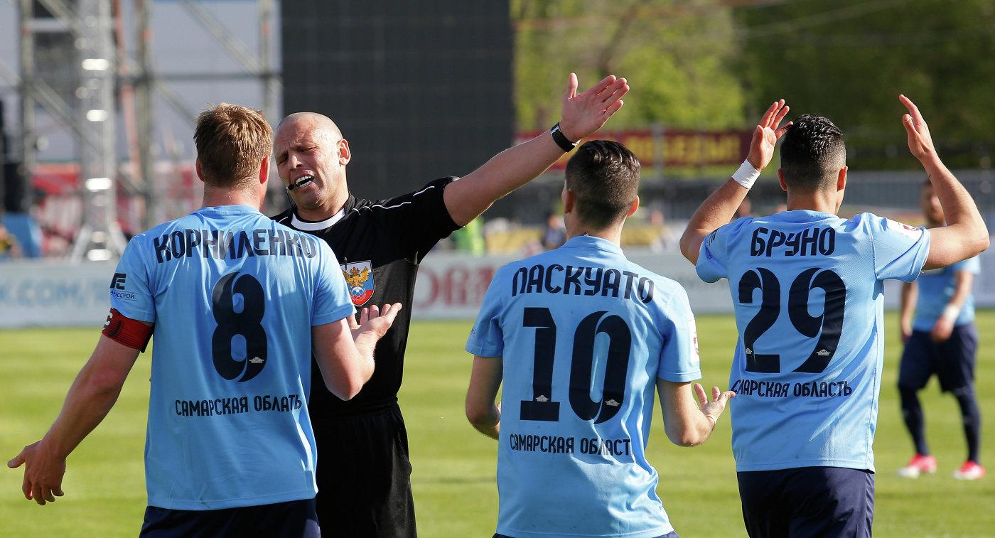 Футболисты Крыльев Советов Сергей Корниленко, Кристиан Паскуато и Джанни Бруно (слева направо на первом плане)