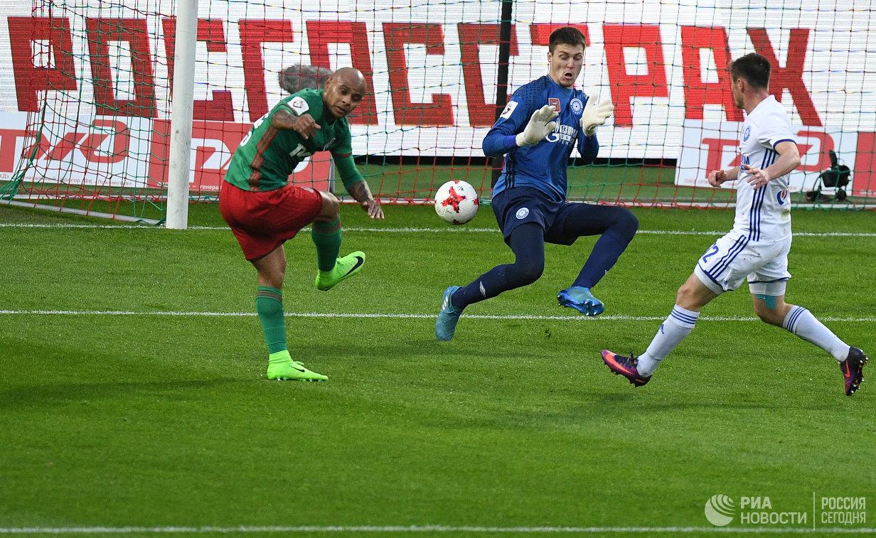 Форвард Локомотива Ари и вратарь Оренбурга Александр Руденко (слева направо)