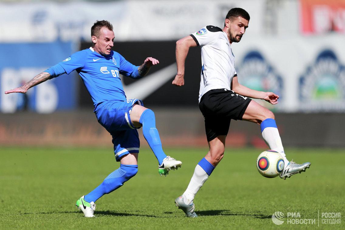 Защитник Динамо Люк Уилкшир (слева) и полузащитник Шинника Мухаммад Султонов