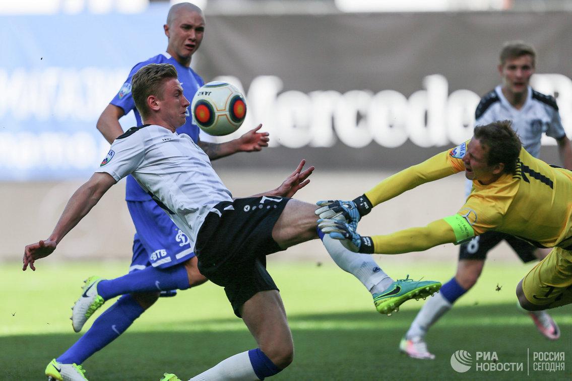 Полузащитник Шинника Артём Митасов (слева) и вратарь Динамо Антон Шунин
