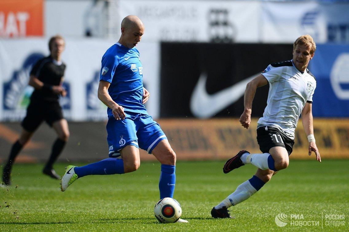 Защитник ФК Динамо Себастьян Хольмен (слева) и полузащитник ФК Шинник Артем Митасов