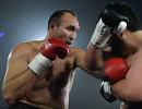 Российский боксер Александр Устинов (слева)