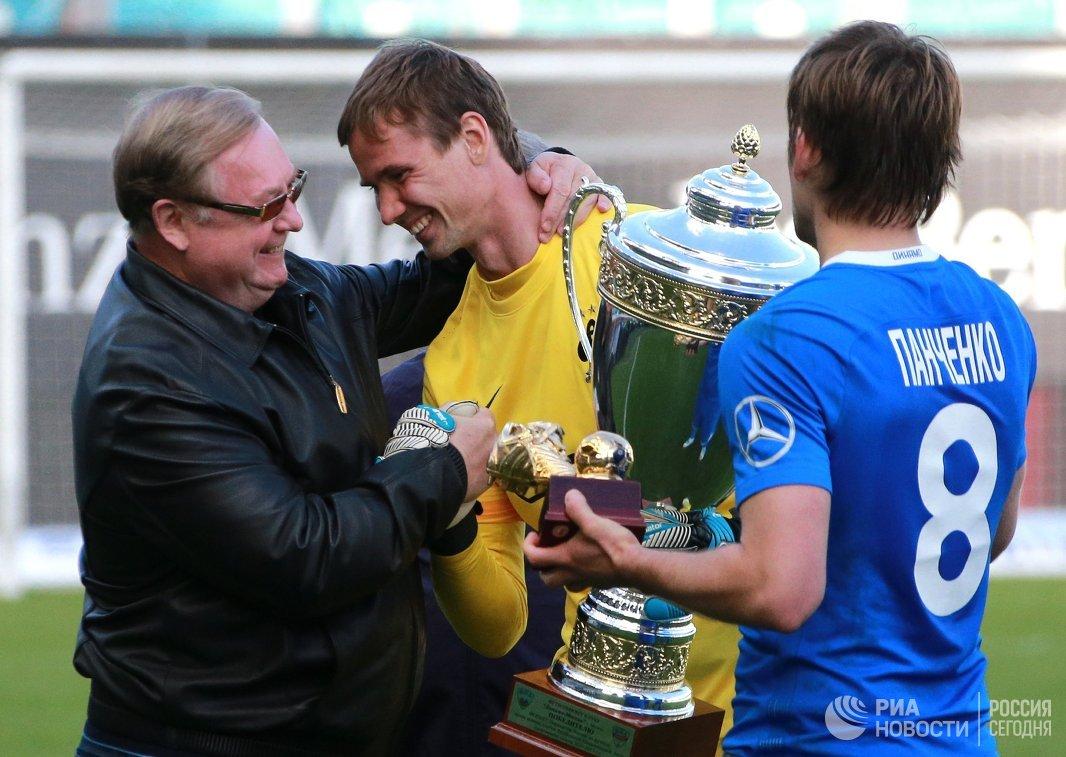 Сергей Степашин и игроки Динамо Антон Шунин и Кирилл Панченко (слева направо)