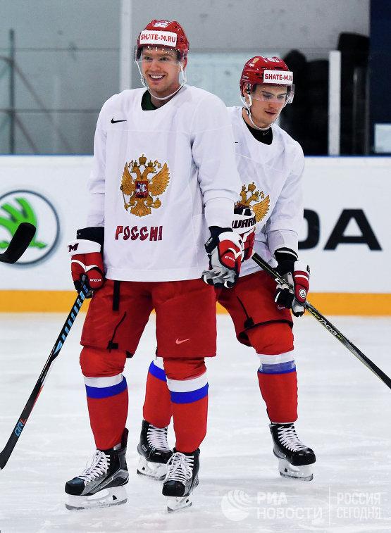 Хоккеисты сборной России Евгений Кузнецов и Дмитрий Орлов (справа)