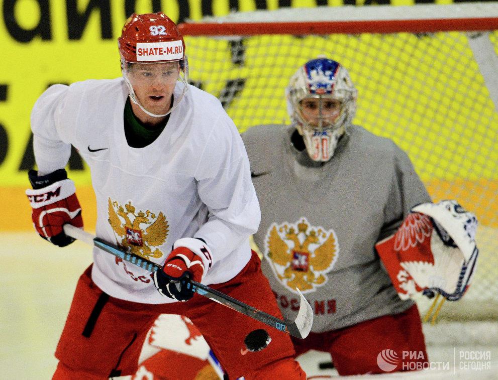 Хоккеисты сборной России Евгений Кузнецов и Андрей Василевский (справа)