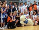 Участники V благотворительного баскетбольного матча, организованного фондом Шаг вместе