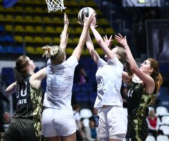 Игровой момент матча чемпионата Ассоциации студенческого баскетбола