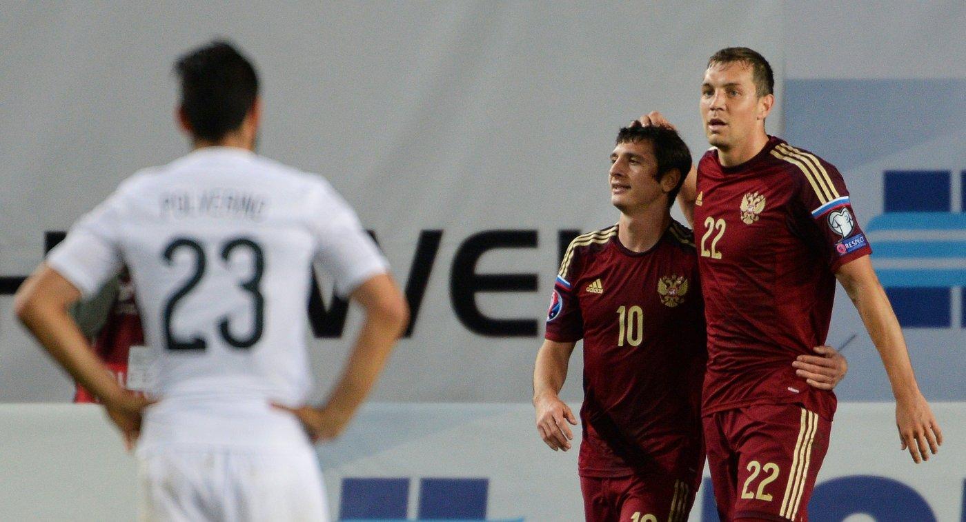 Футболисты сборной России Артем Дзюба и Алан Дзагоев (справа налево)