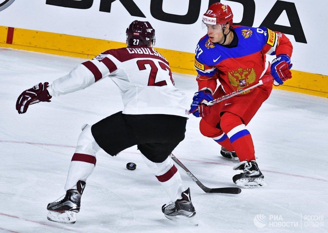 Нападающий сборной России Никита Гусев (справа) и защитник сборной Латвии Оскар Цибульскис