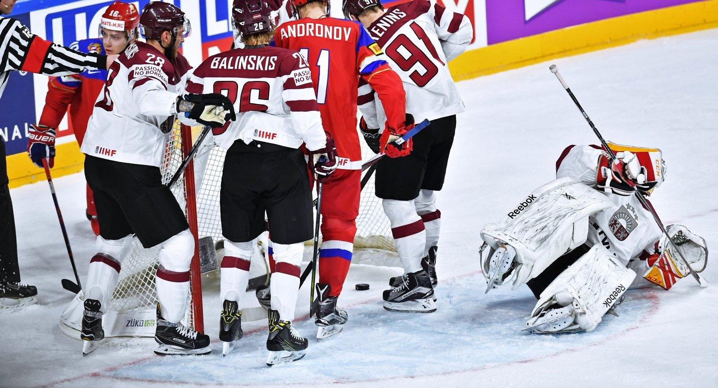 Вратарь сборной Латвии Иварс Пунненовс (справа)