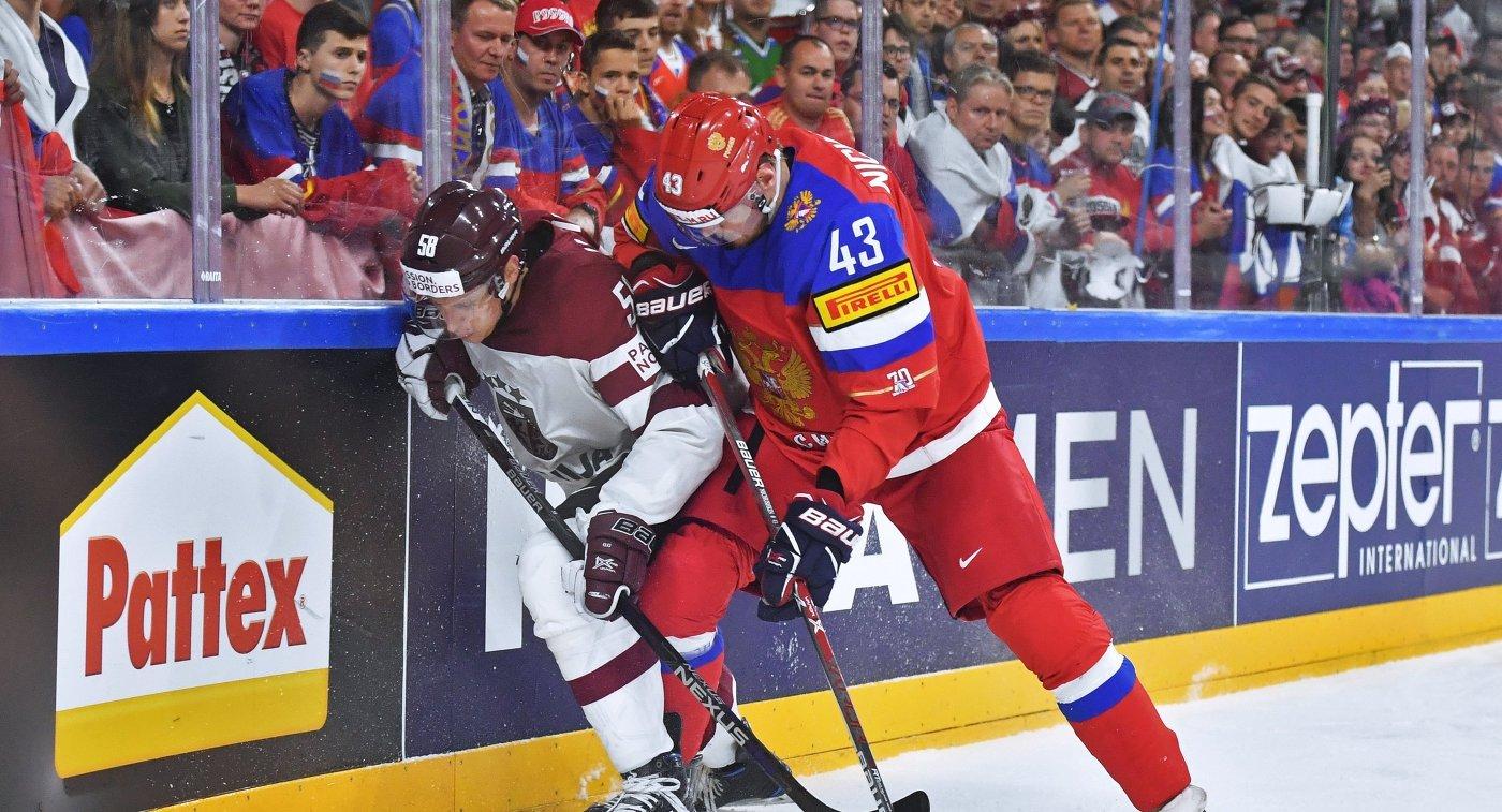 Нападающий сборной России Валерий Ничушкин и защитник сборной Латвии Гунтис Галвиньш (слева)
