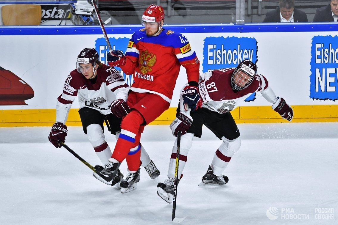 Нападающий сборной России Валерий Ничушкин (в центре)