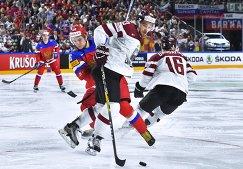 Нападающий сборной России Сергей Плотников (слева)
