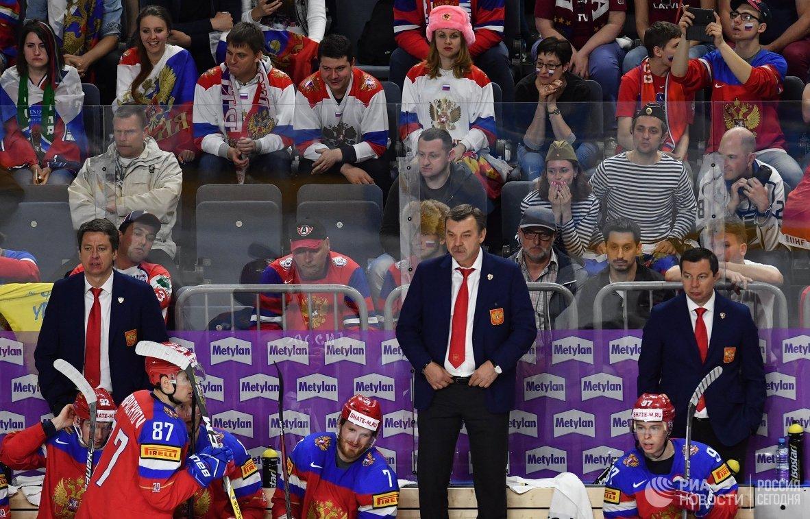 Тренер Харийс Витолиньш, главный тренер сборной России Олег Знарок и тренер Илья Воробьев (слева направо на втором плане)