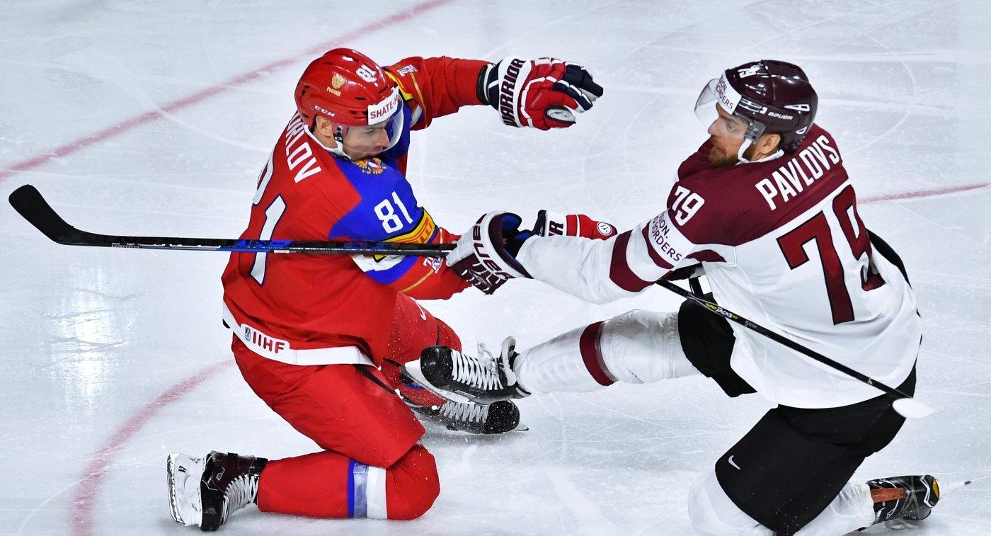 Защитник сборной России Дмитрий Орлов и нападающий сборной Латвии Виталий Павлов (справа)