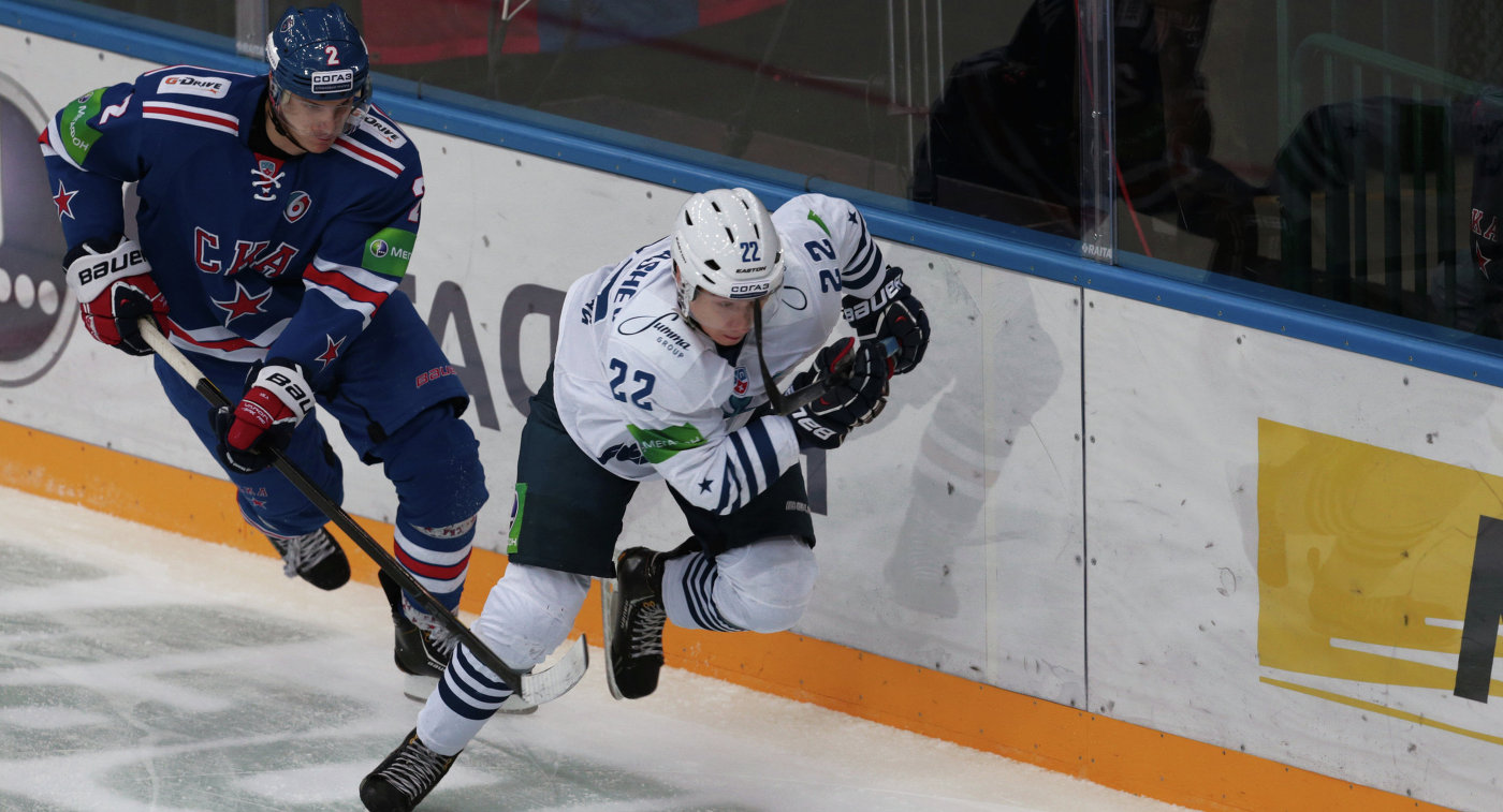 Защитник СКА Юрий Александров (слева) и нападающий Адмирала Сергей Барбашев
