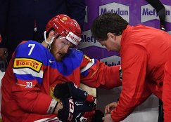 Форвард сборной России Иван Телегин (слева)