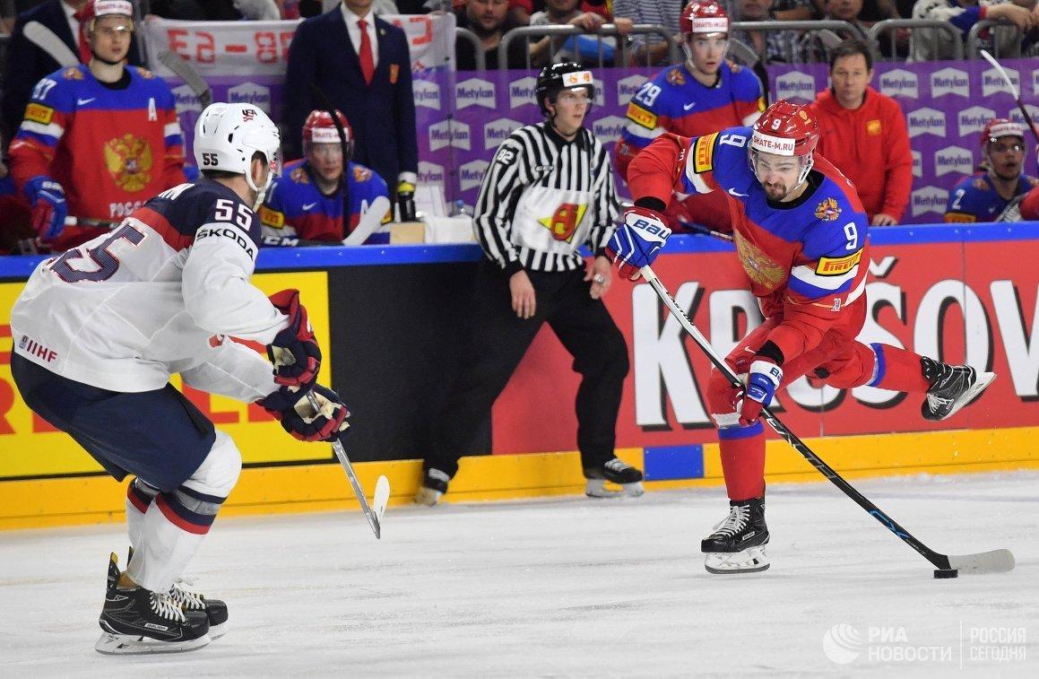 Защитник сборной США Ноа Хэнифин (слева) и защитник сборной России Виктор Антипин