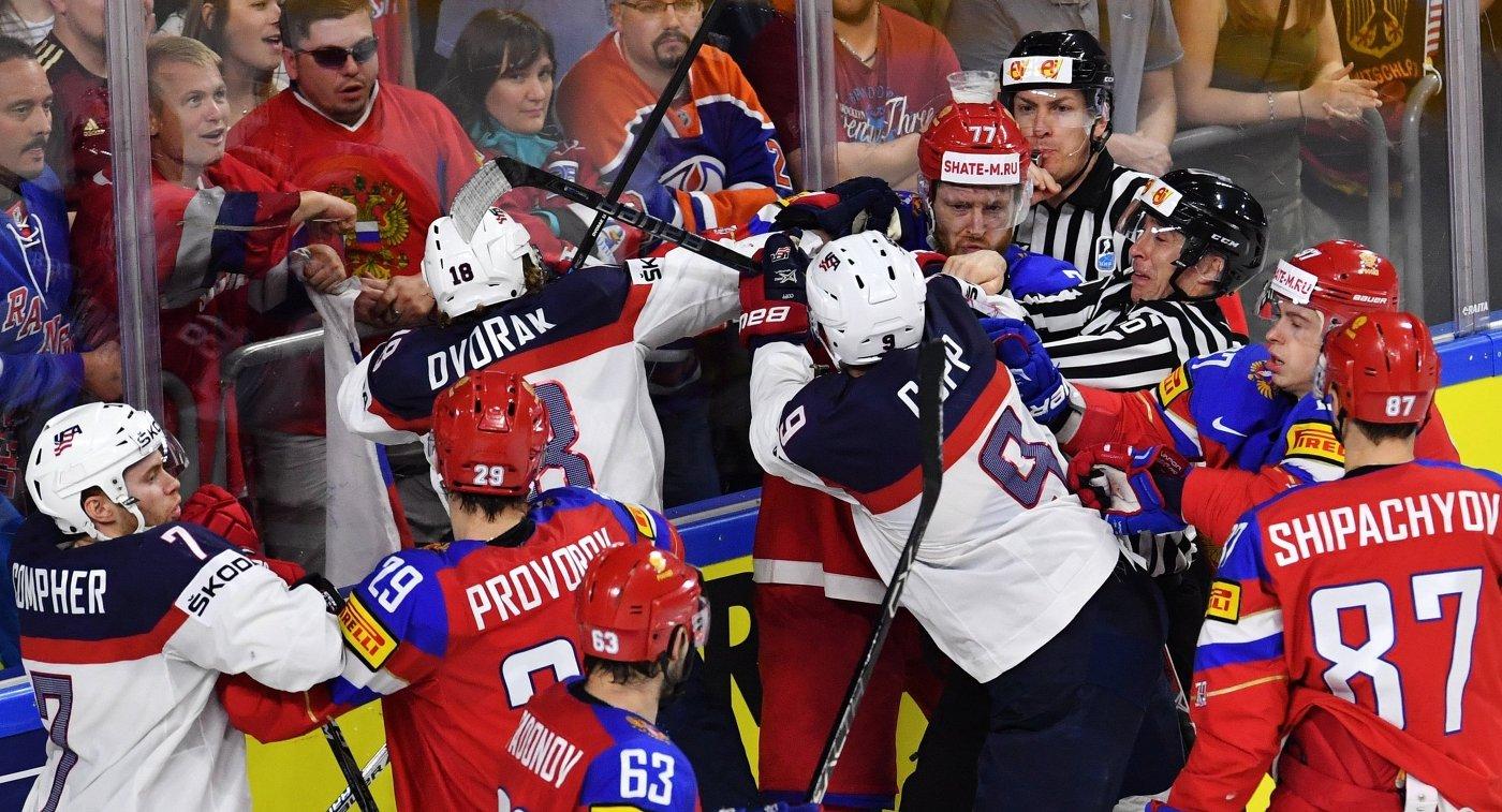 Игровой момент матча группового этапа чемпионата мира по хоккею 2017 между сборными России и США
