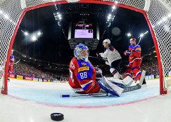 Вратарь сборной России Андрей Василевский (на первом плане)