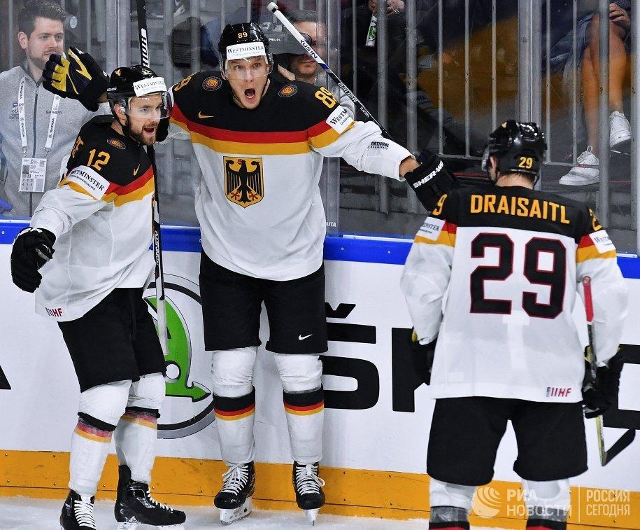 Хоккеисты сборной Германии Брукс Мацек, Давид Вольф и Леон Драйзайтль (слева направо)