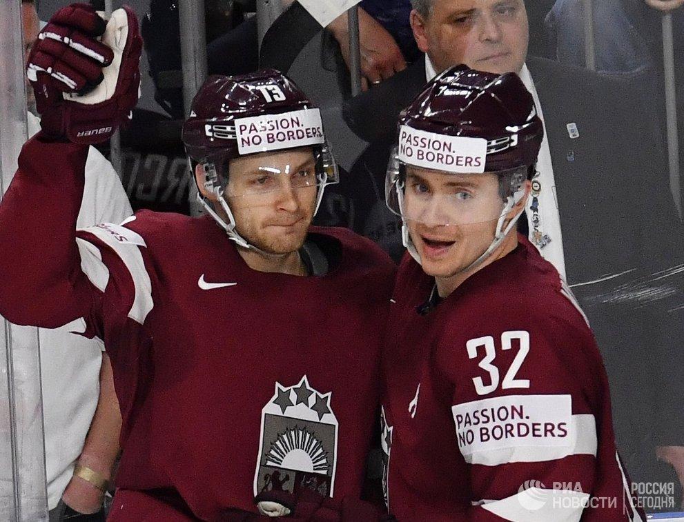 Хоккеисты сборной Латвии Гунарс Скворцов и Артур Кулда (справа)