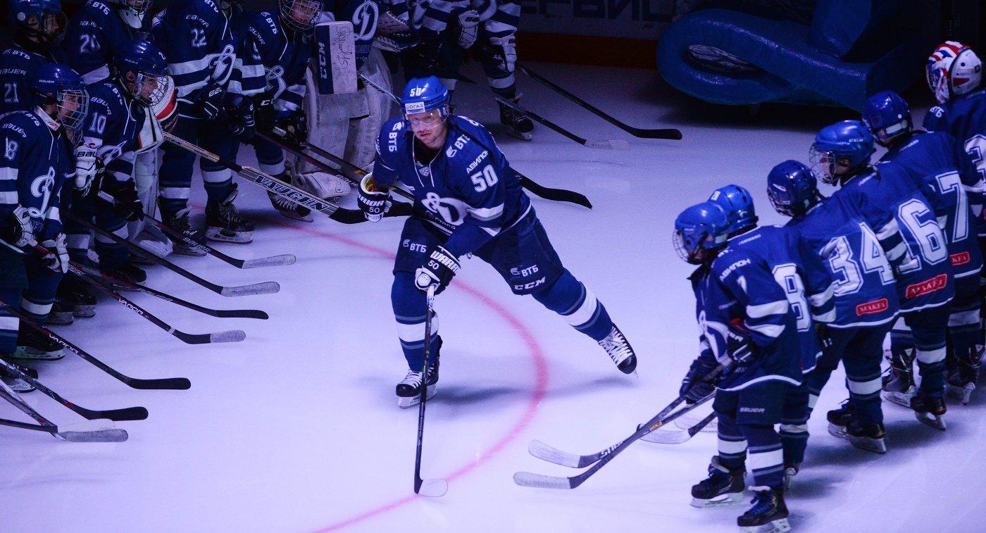 Защитник ХК Динамо (Москва) Максим Соловьёв (в центре)