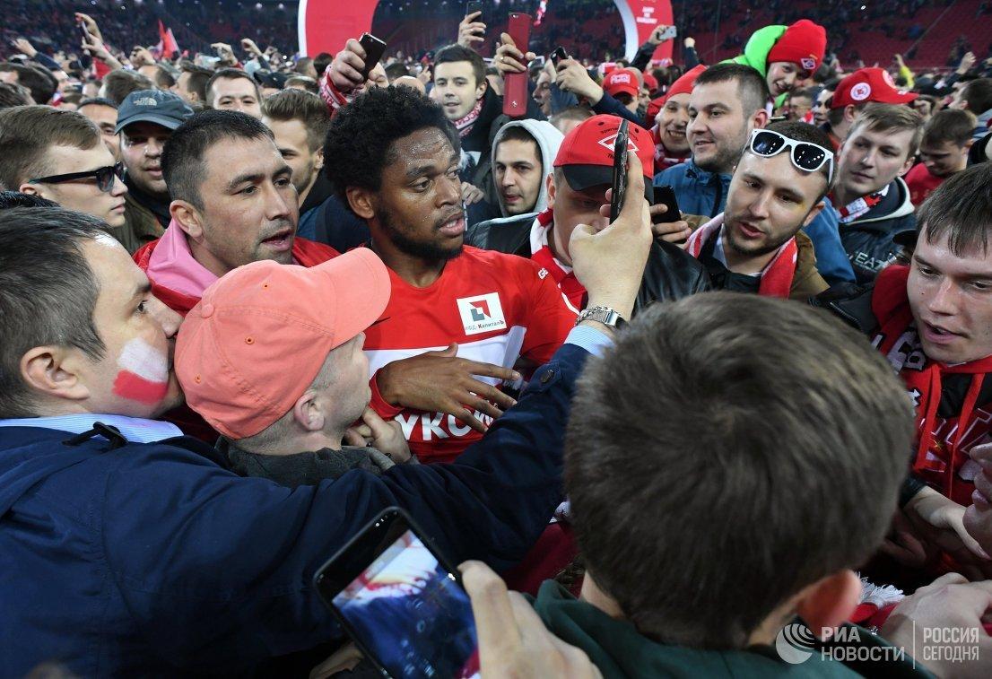 Нападающий Спартака Луис Адриано фотографируется с болельщиками