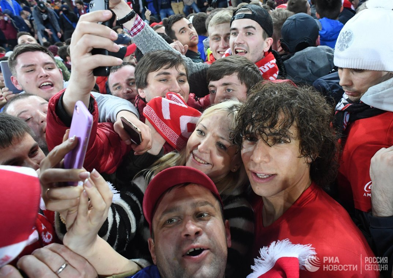 Защитник Спартака Георгий Тигиев фотографируется с болельщиками
