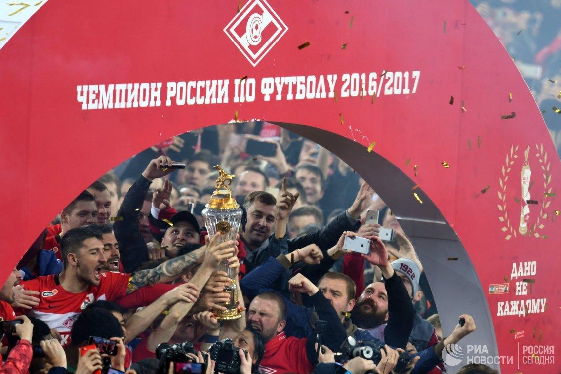 Игроки Спартака на церемонии вручения кубка чемпионов России