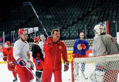 Главный тренер сборной России Олег Знарок (в центре)