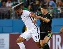 Защитник сборной Новой Зеландии Уинстон Рид и нападающий сборной Мексики Алан Пулидо (слева направо)