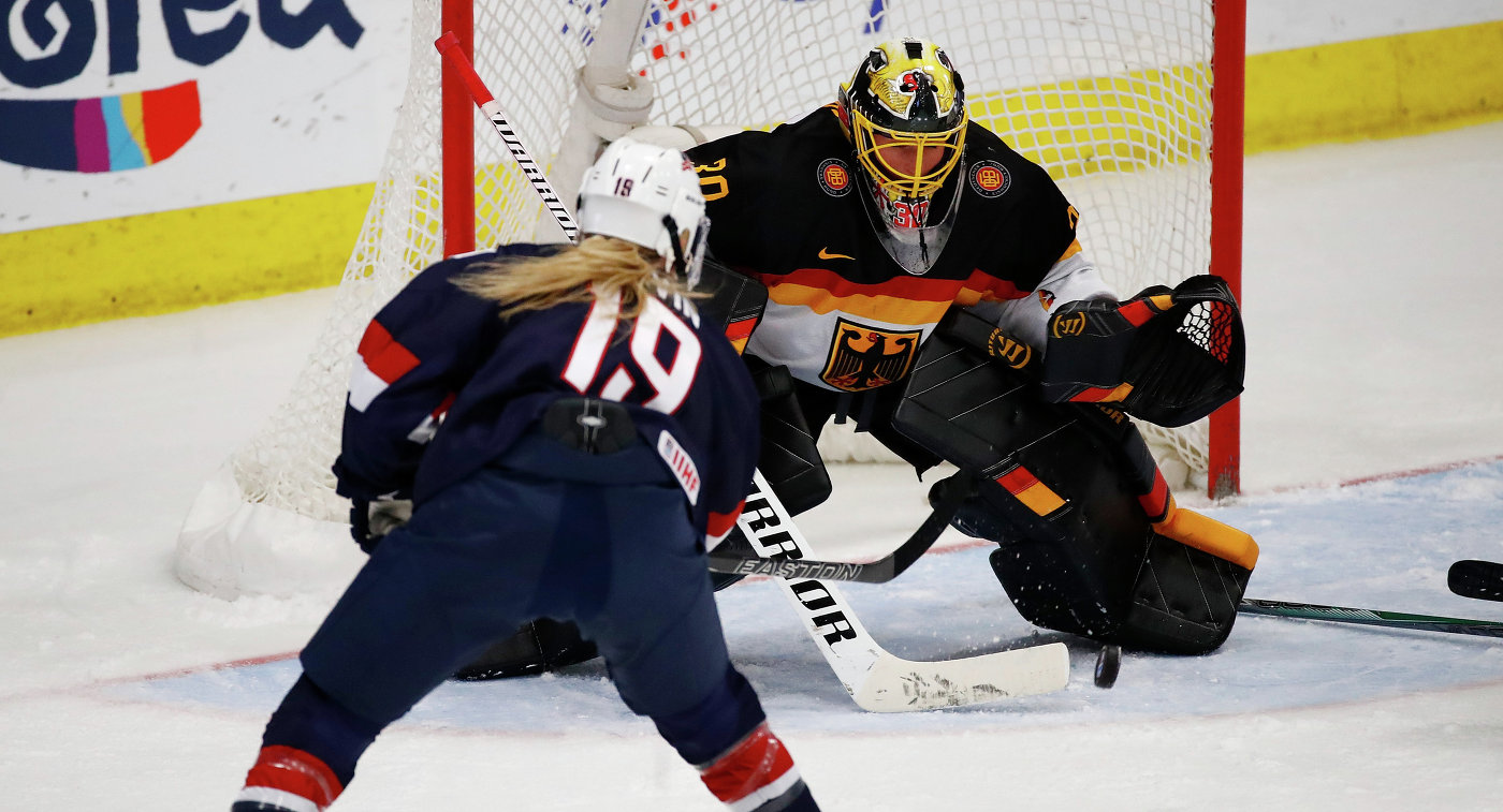Игровой момент матча женского чемпионата мира по хоккею США - Германия